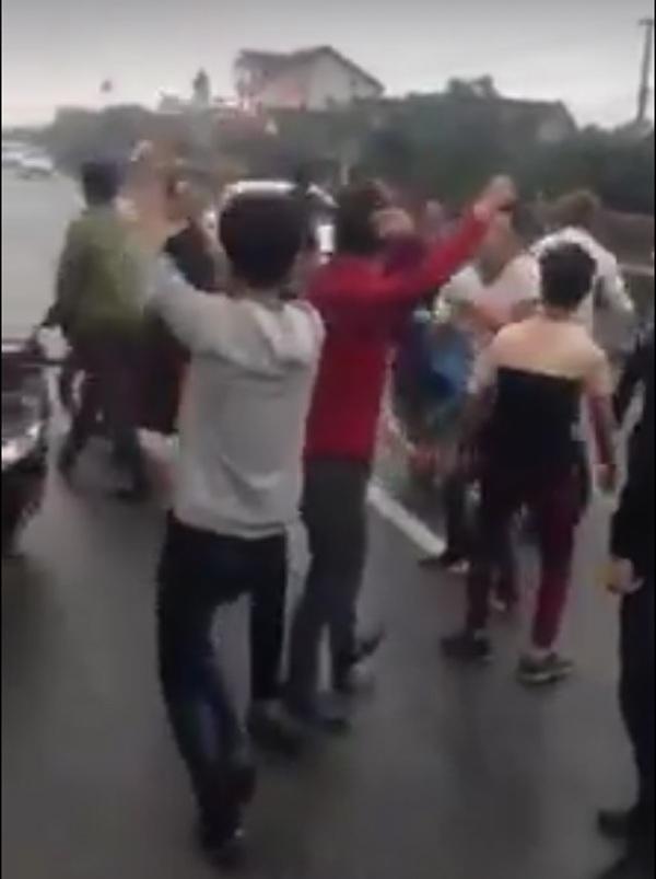 Hàng chục chục thanh niên kéo nhau ra nhảy múa giữa đường (Ảnh cắt từ clip)