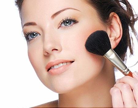 Thường xuyên trang điểm là một trong những nguyên nhân khiến làn da bị mỏng, yếu và nhạy cảm hơn