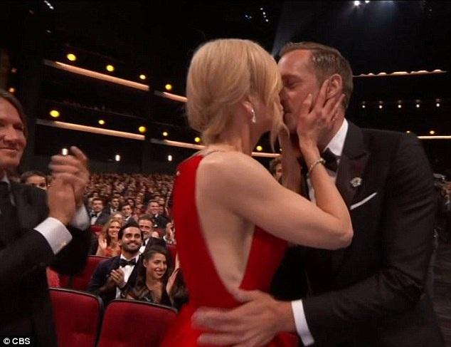 Nicole Kidman hôn chúc mừng nam diễn viên Alexander Skarsgard khi anh này được xướng tên lên nhận giải Emmy