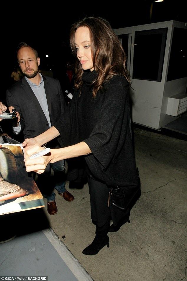 Angelina Jolie rạng rỡ ký tặng fans khi dự buổi họp báo để quảng bá phim mới First They Killed My Father tại Los Angeles, Mỹ ngày 23/9 vừa qua