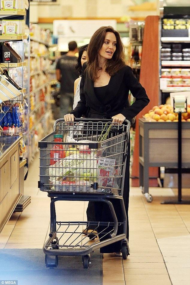 Angelina Jolie giản dị đi mua sắm tại siêu thị ngày 25/9 vừa qua
