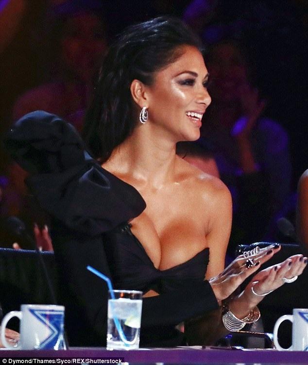 Nicole Scherzinger hở bạo trong đêm thi X Factor Anh quốc tối 29/10 vừa qua