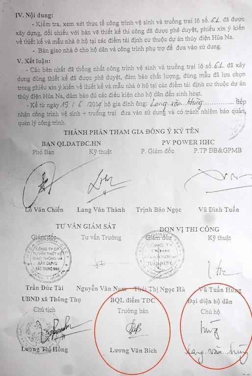 Hai chữ ký của ông Lương Văn Bích - nguyên trưởng bản Lốc và ông Lang Văn Hùng - chủ hộ được cho là bị giả mạo.