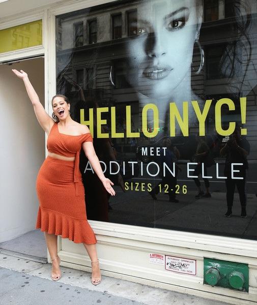 Siêu mẫu 31 tuổi diện bộ váy vàng nổi bật với áo crop top trẻ trung, chân váy điệu đà