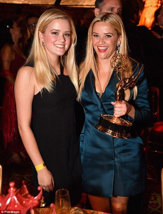 Nữ diễn viên tài năng Reese Witherspoon đưa con gái lớn Ava Phillippe cùng dự lễ trao giải Emmy với mình