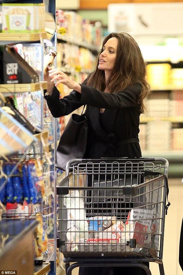 Minh tinh 42 tuổi mua trứng, rau củ, nước trái cây và cả tạp chí trong buổi đi mua sắm cùng trợ lý
