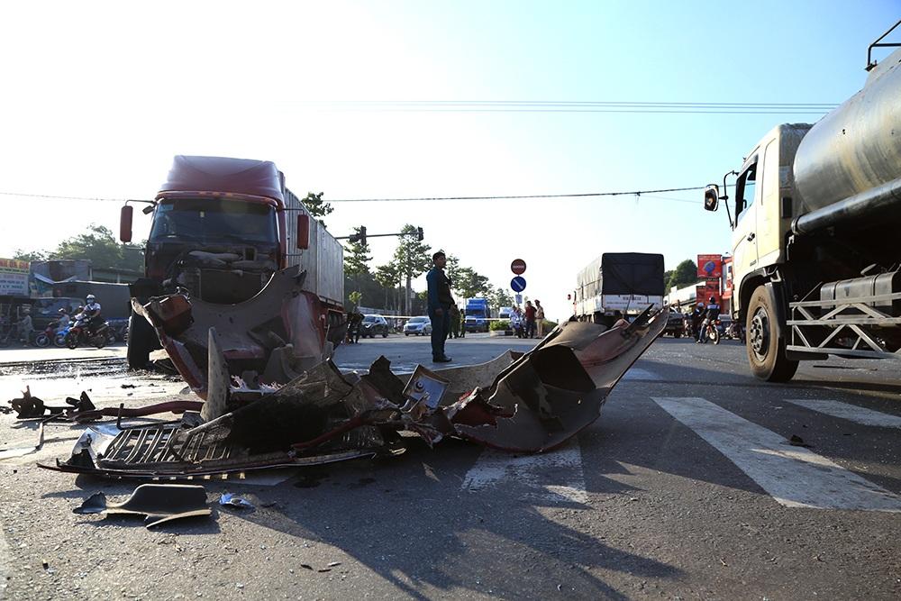 Xe khách lật ngang sau cú va chạm với container, 9 người bị thương - 1