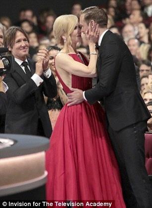 Nicole Kidman không ngại trao những cử chỉ ngọt ngào cho Alexander Skarsgard trước mặt chồng - ca sỹ Keith Urban