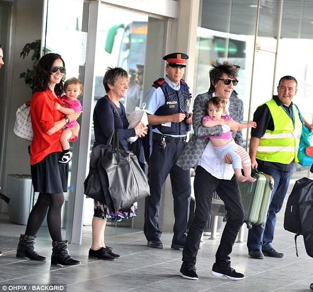 Thành viên nhóm The Rolling Stones đưa người vợ thứ 4 kém ông 31 tuổi đi cùng trong chuyến đi biểu diễn này và ông rất vui vẻ khi tiếp xúc phóng viên