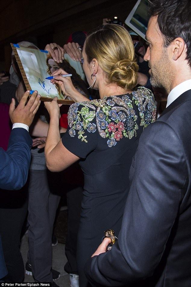 Chồng Kate kiên nhẫn đứng cầm ví cho vợ và hạnh phúc ngắm vợ ký tặng cho fans