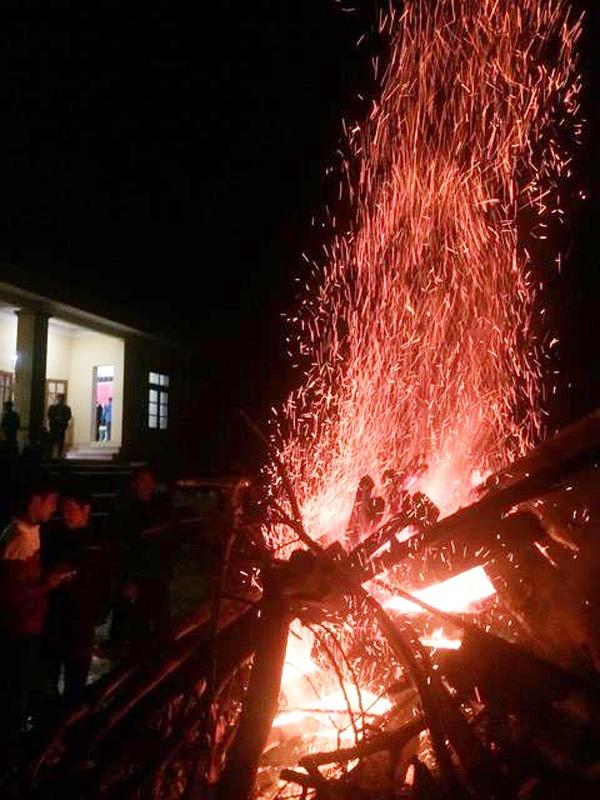 Một đống lửa lớn rực sáng ở nhà văn hóa thôn Bồng Giang, xã Đức Giang, huyện Vũ Quang (Hà Tĩnh).