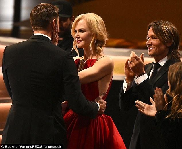 Keith Urban cũng vỗ tay nhiệt tình chúc mừng thành công bạn diễn của vợ