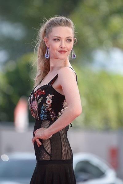 Seyfried kết hôn bí mật với nam diễn viên Thomas Sadoski vào tháng 3/2017, ít ngày trước khi con gái của họ chào đời