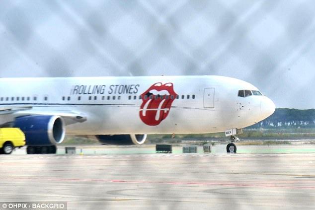 Nhóm The Rolling Stones đi diễn trở lại sau khi Ronnie Wood cảm thấy khỏe hơn. Họ di chuyển bằng máy bay riêng