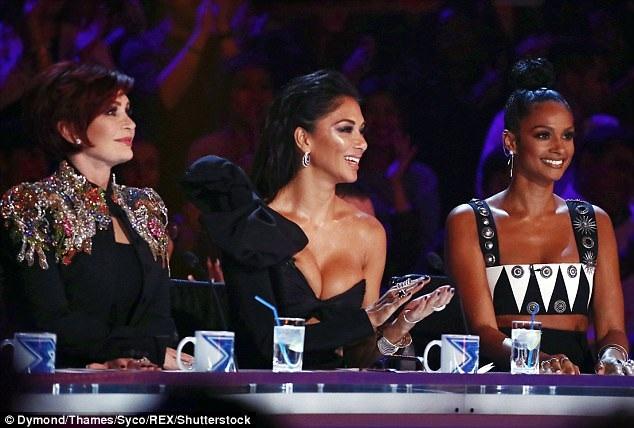 Nicole Scherzinger ngồi giữa Alesha Dixon (phải) và Sharon Osbourne (trái)