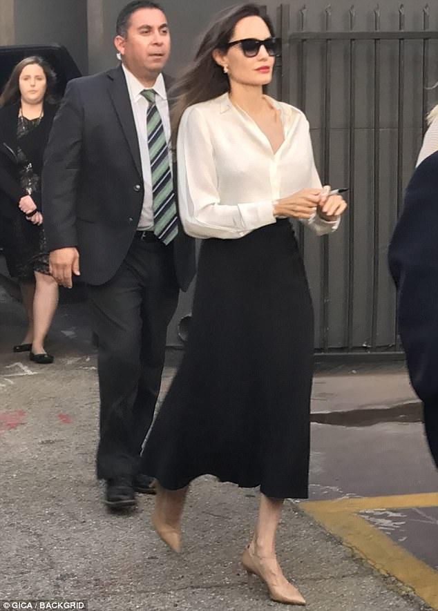 Angelina Jolie chia sẻ, sau vụ ly dị ồn ào, cô cảm thấy mình mạnh mẽ hơn. Ai trong chúng ta cũng có những giai đoạn khó khăn trong cuộc sống nhưng với vai trò người mẹ, bạn phải vượt qua nhanh hơn để chăm lo cho con cái.