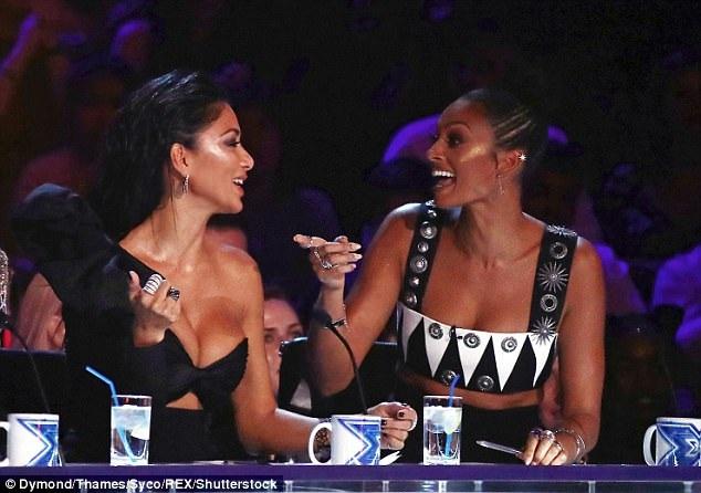 2 Nữ giám khảo xinh đẹp say sưa trò chuyện trong khi cuộc thi diễn ra.