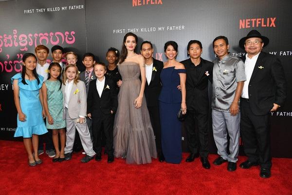 Jolie hào hứng khoe 2 con trai lớn đã hỗ trợ được nhiều việc cho mẹ tại trường quay và vì thế cô cảm thấy rật tự hào, hạnh phúc.