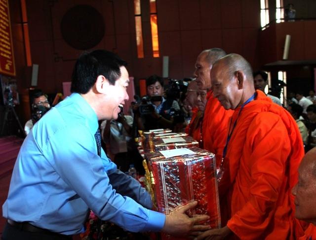 Phó Thủ tướng tặng quà các chư tăng, sư sãi. (Ảnh: Cao Xuân Lương)