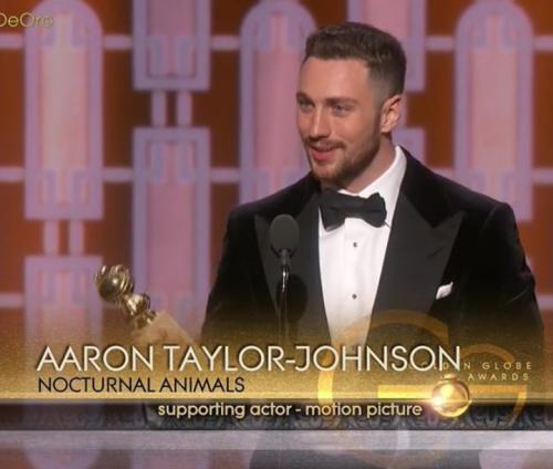 Aaron Taylor-Johnson nhận giải Nam diễn viên phụ xuất sắc nhất Quả cầu vàng 2017.
