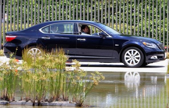 Thủ tướng Nhật Bản Shinzo Abe trong siêu xe Lexus LS 600hL (Ảnh: Getty)