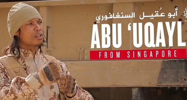 Tên phiến quân khủng bố Abu Uqayl trong đoạn video tuyên truyền (Ảnh: Facebook/Observer+)