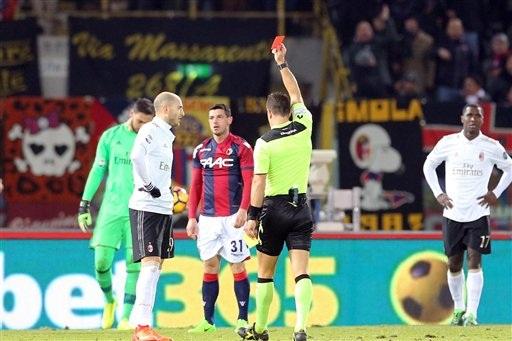 AC Milan chỉ thi đấu với 9 người trong 30 phút cuối trận đấu với Bologna