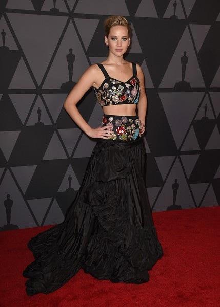 Jennife diện váy Alexander McQueen
