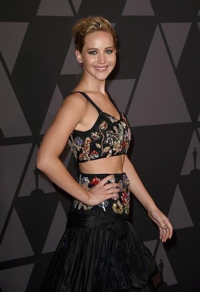 Jennifer Lawrence dự sự kiện cùng bạn trai U50 Darren Aronofsky nhưng 2 người không chụp hình cùng nhau trên thảm đỏ