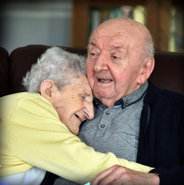 Mẹ 98 chuyển đến nhà dưỡng lão chăm sóc con trai 80 tuổi - 2