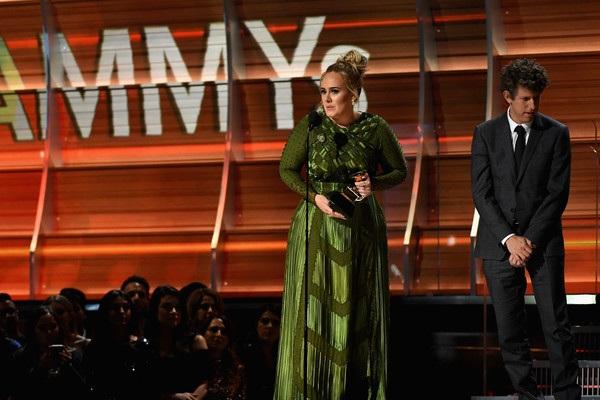 Adele tinh tế trong bộ váy xanh rêu của Givenchy