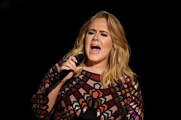 Adele trình diễn mở màn tại lễ trao giải Grammy năm 2017, ngày 13/2 (giờ Việt Nam).
