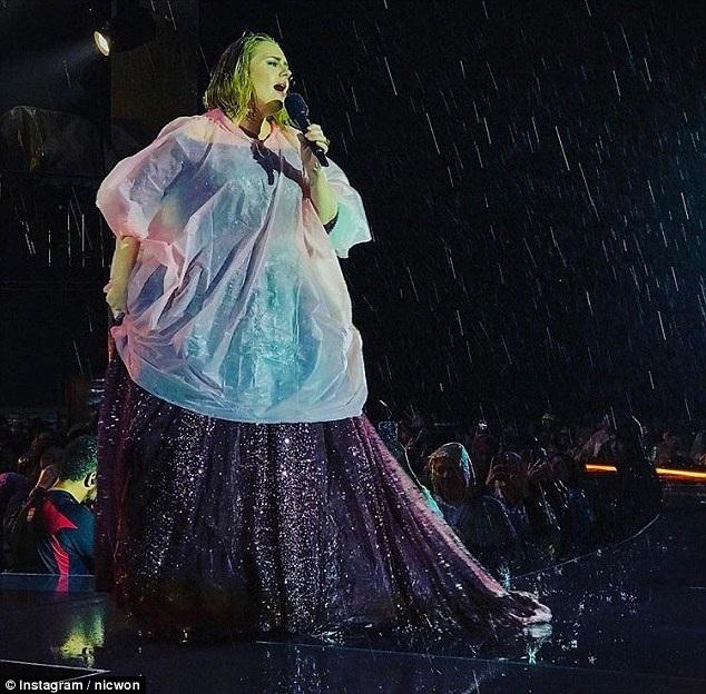 Adele biểu diễn tại Auckland, New Zealand ngày 26/3 vừa qua. 40 nghìn khán giả đã tới xem buổi diễn của họa my nước Anh