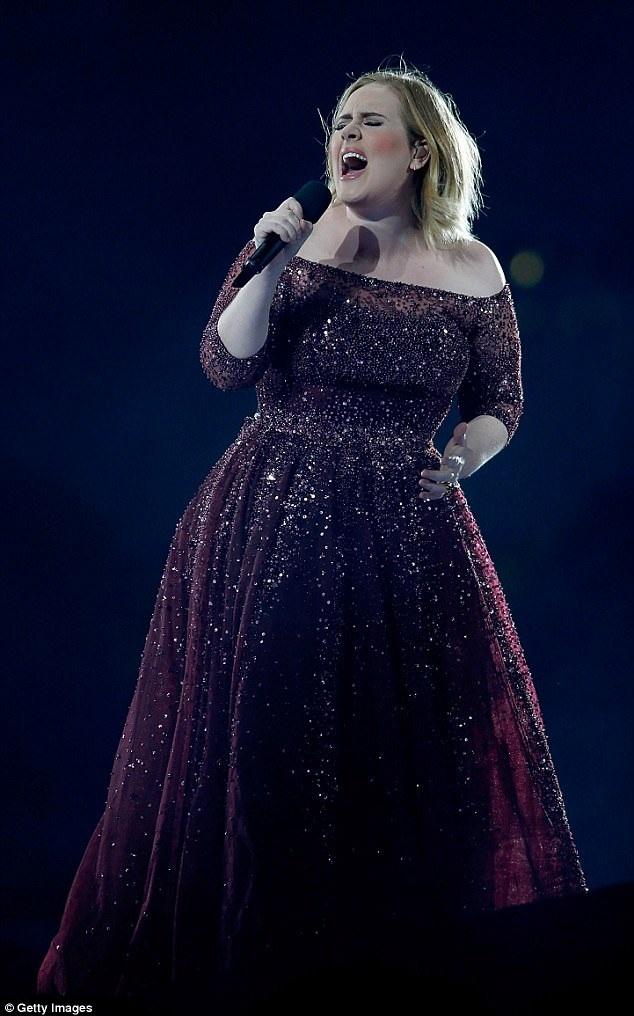Adele kiếm tiền khủng trong 1 năm - 1