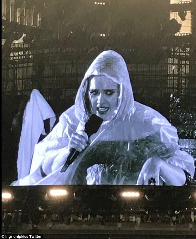 Thời tiết Auckland mùa này đỏng đảnh và Adele đã phải mặc áo mưa để hát