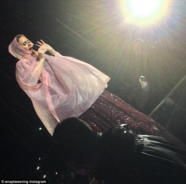 Ngôi sao xinh đẹp nổi tiếng với bản hit Hello từng chia sẻ với tạp chí GQ năm 2011 rằng cô cảm thấy sợ hãi, tim đập chân run khi hát trước đám đông khán giả. Buổi diễn lớn nào cũng khiến cô lo lắng.