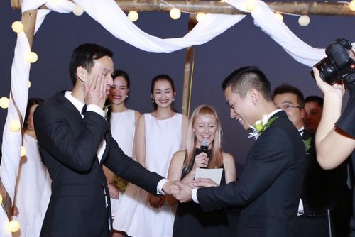"""Nhà thiết kế Adrian Anh Tuấn trao nhẫn cưới và nói với bạn trai của mình rằng: """"Ngay từ đầu khi gặp em, anh đã biết mình sẽ dành trọn cuộc đời mình để ở bên em. Anh đã yêu em ngay từ cái nhìn đầu tiên"""". Cả hai đã rơi nước mắt và khiến những người có mặt cũng không giấu được sự xúc động."""