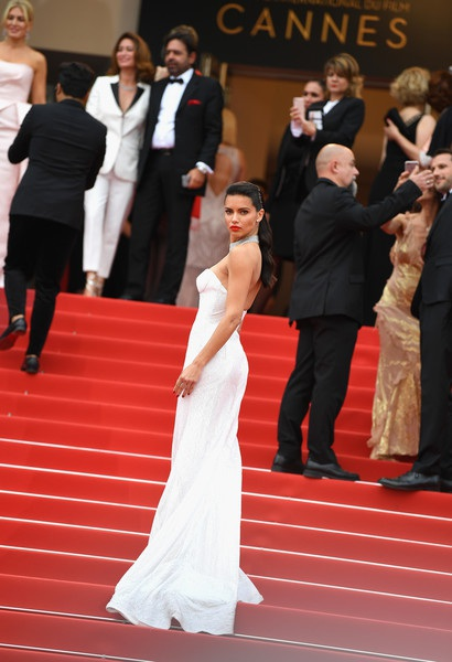 Thiên thần nội y Adriana Lima diện váy trắng thanh lịch và tinh tế