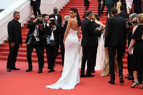 Adriana Lima được đánh giá cao với bộ cánh này