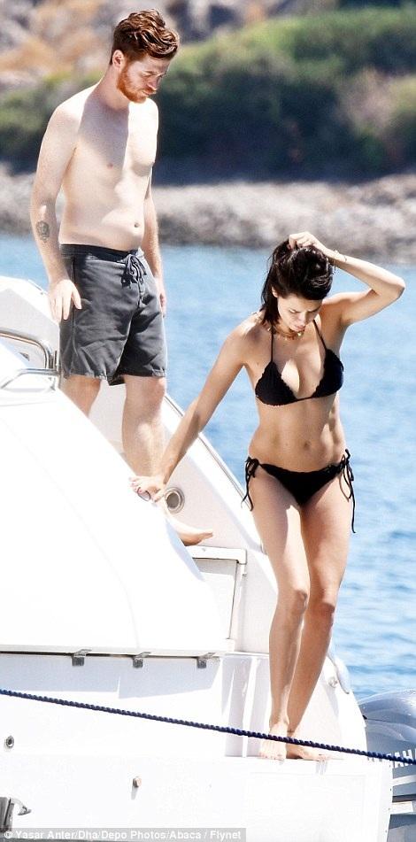 Adriana Lima đang tận hưởng kỳ nghỉ ngọt ngào bên bạn trai mới Metin Hara tại Thổ Nhĩ Kỳ