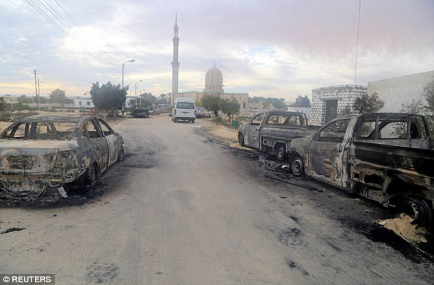 Xe hơi của các tín đồ bị những kẻ khủng bố châm lửa đốt cháy rụi. (Ảnh: Reuters)