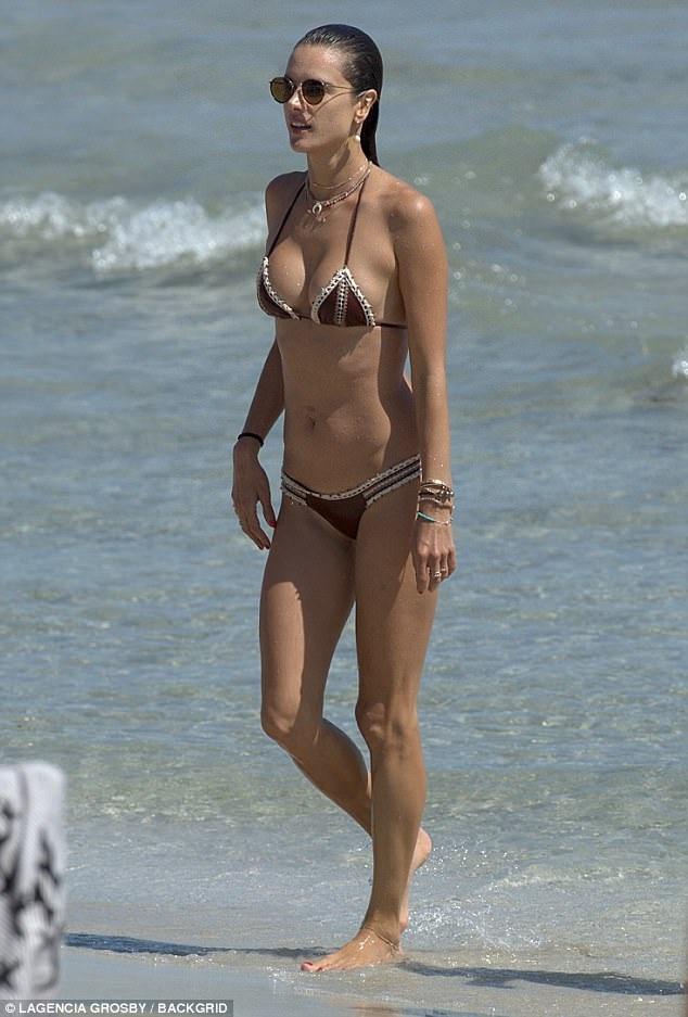 Siêu mẫu Brazil giành cả mùa hè để khám phá những bãi biển đẹp nhất thế giới
