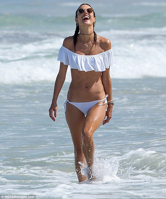 Alessandra Ambrosio là một trong những chân dài kỳ cựu của hãng Victorias Secret