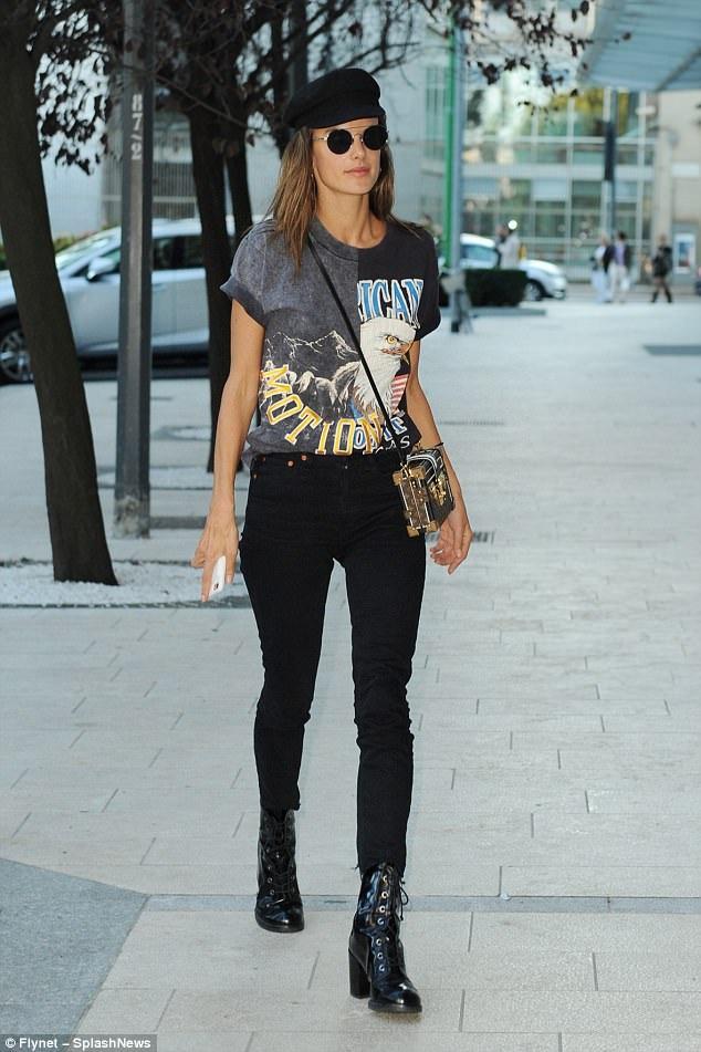 Khi không bận rộn với công việc, người đẹp Brazil thích diện trang phục trẻ trung, để mặt mộc để dạo phố.