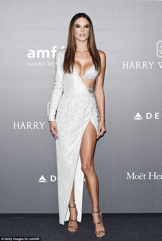 Đã qua hai lần sinh nở và ở tuổi không còn trẻ với một người mẫu, nhưng siêu mẫu Brazil - Alessandra Ambrosio vẫn chứng minh được đẳng cấp và sức hấp dẫn của mình. Cô vẫn là một gương mặt con cưng của nhãn hiệu nội y danh tiếng Victorias Secret.