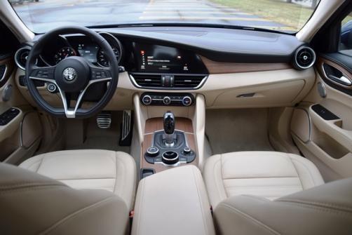 Alfa Romeo Giulia được WardsAuto đánh giá cao ở tính phóng khoáng mà vẫn tỉ mỉ và tinh tế trong thiết kế.