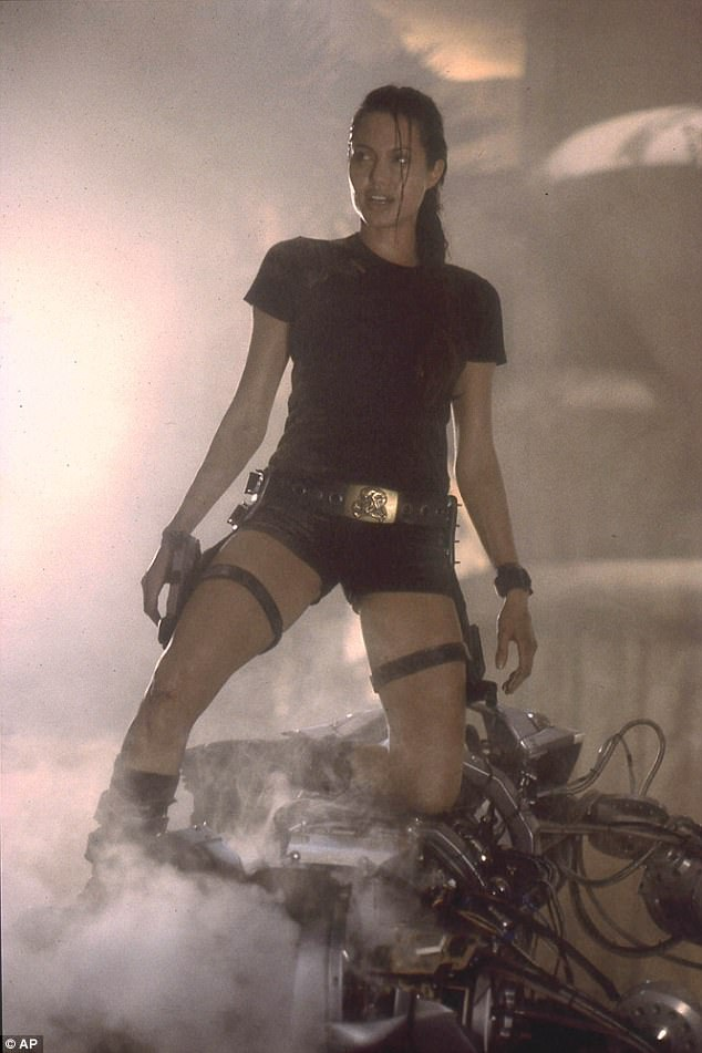 Tuy nhiên một số khán giả cho rằng Alicia Vikander không cuốn hút bằng đàn chị Angelina Jolie...