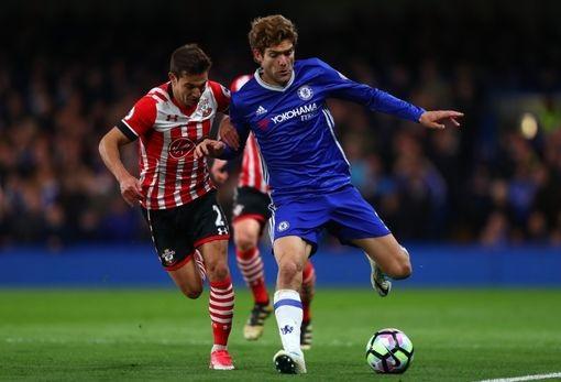Cedric (trái) lao theo tranh bóng với Alonso