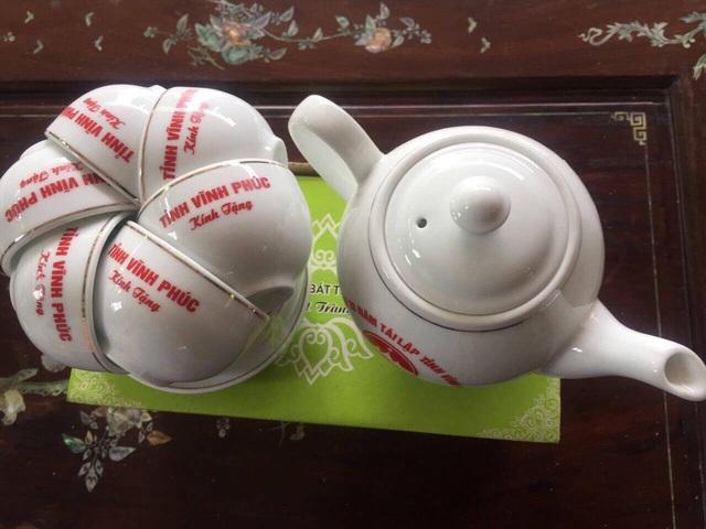 Số ấm chén kỷ niệm 20 năm tái lập tỉnh Vĩnh Phúc được tặng cho mỗi hộ gia đình có hộ khẩu thuộc tỉnh