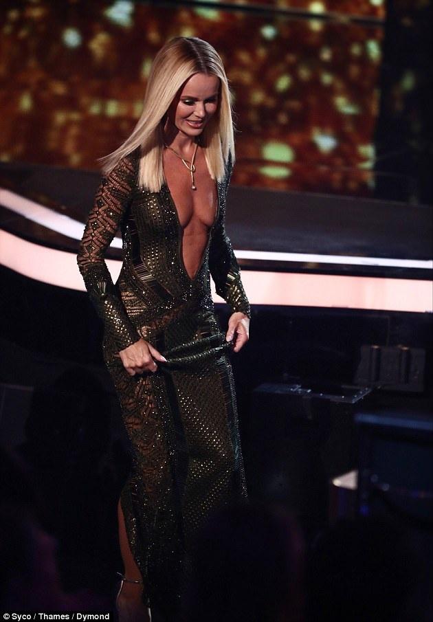 Người đẹp tóc vàng sải bước quyến rũ trên sân khấu